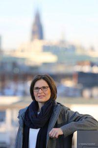 Karin Joachim im Hintergrund der Kölner Dom