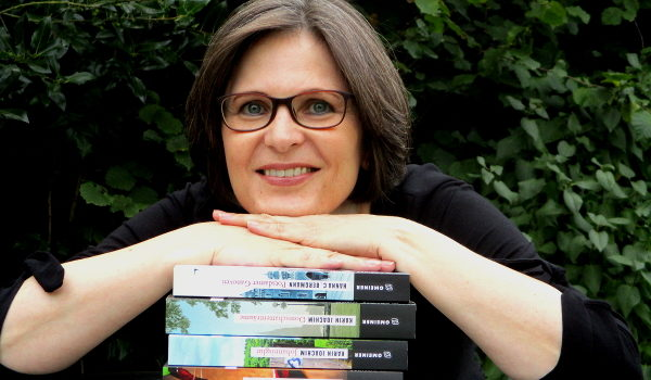 Karin Joachim, Stapel mit Büchern, fröhlich